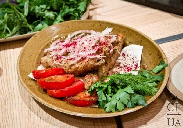 Кебаб из индейки с молотым барбарисом, свежим луком, и печеными помидорами